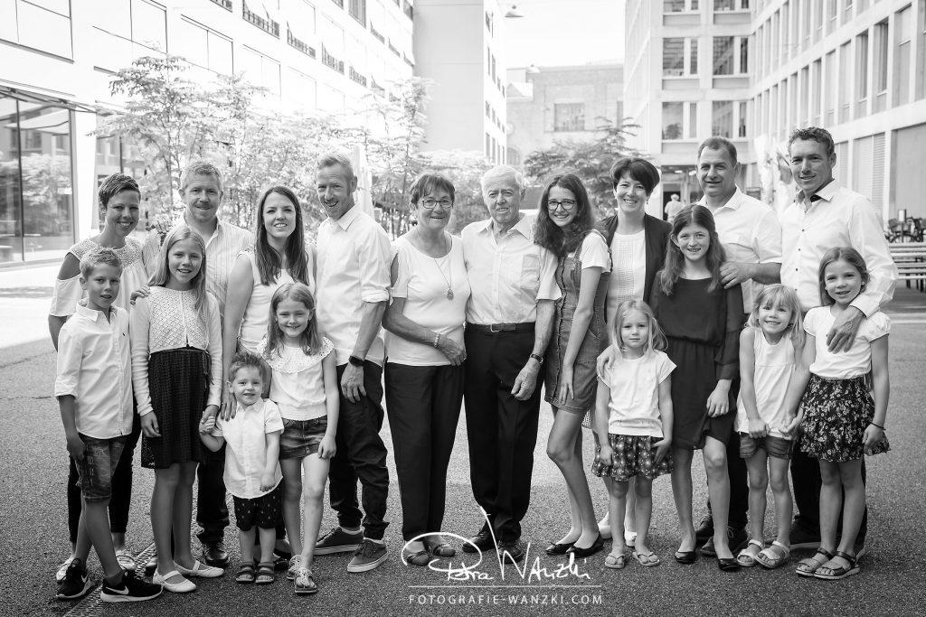 Familienfoto von Oma und Opa mit Kinder und Enkelkinder Familienfotograf in Winterthur Zürich Schweiz
